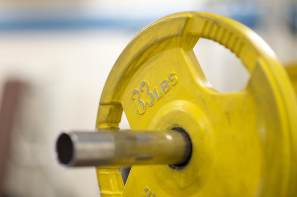 Barra olimpica con disco amarillo