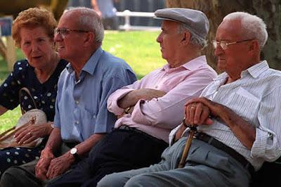 Foto de ancianos sentados en una banca
