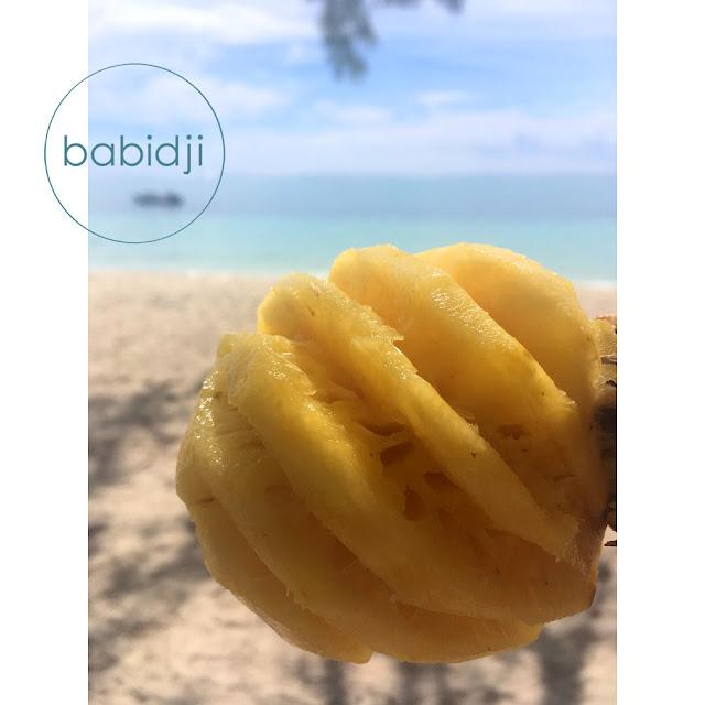 gros plan d'un ananas victoria prêt à manger sur la plage du Morne à l'Île Maurice