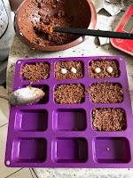 Réalisation des barres chocolatées. Préparation mise dans des moules à mini-financiers