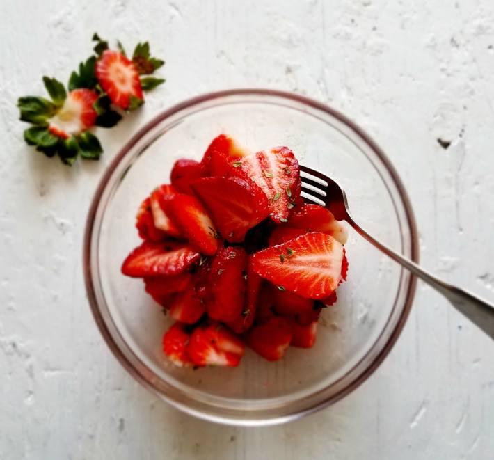 Fresas frescas y tomillo