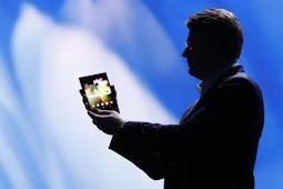 Samsung memamerkan ponselnya yang dapat dilipat ke audiens
