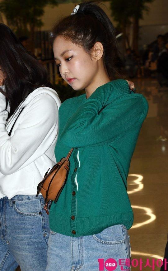 Jisoo ve Jennie sabahın erken saatlerinde gazetecilere selam verdi