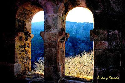 Monasterio de Sta. Cristina del Sil en la ladera del río Sil. Ribera Sacra, Orense