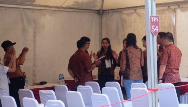 Ahok Coblos Bersama Dengan Anak Dan Istrinya Di TPS 54