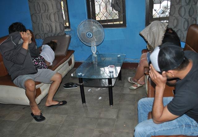 Seorang wanita berinisial SM (31) tak bisa berkutik, ketika pintu kamar kosnya di Banjarbaru diketuk oleh anggota Satpol-PP Banjarbaru, Senin 18 September 2019.  Ia tertangkap basah sedang berduaan dengan pria MH (34) yang bukan muhrimnya di dalam kamar siang bolong.