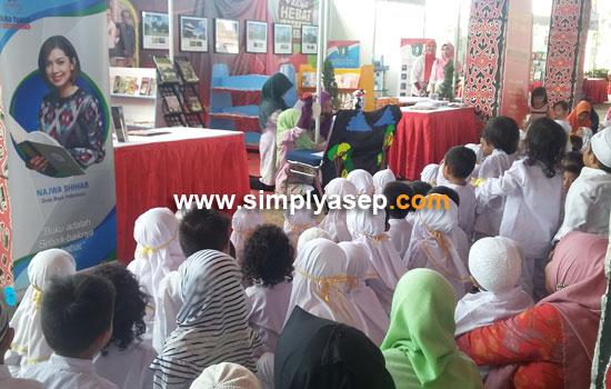 DONGENG ANAK : Even mendongeng menjadi bagian dariPameran Buku Kalbar Book Fair 2017 ini digelar hingga tanggal 7 November 2017 di Rumah Radank ini termasuk even konsernya. Foto Asep Haryono