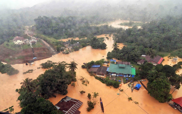 Malaysia Floods: Streets almost 1 meter under water: Forecasters say there is more rain to come and conditions could deteriorate  Image.adapt.960.high.malaysia_flood_gallery_122814