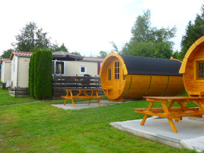 Mobilhomes und Schlaffässer auf dem Alb-Camping Westerheim