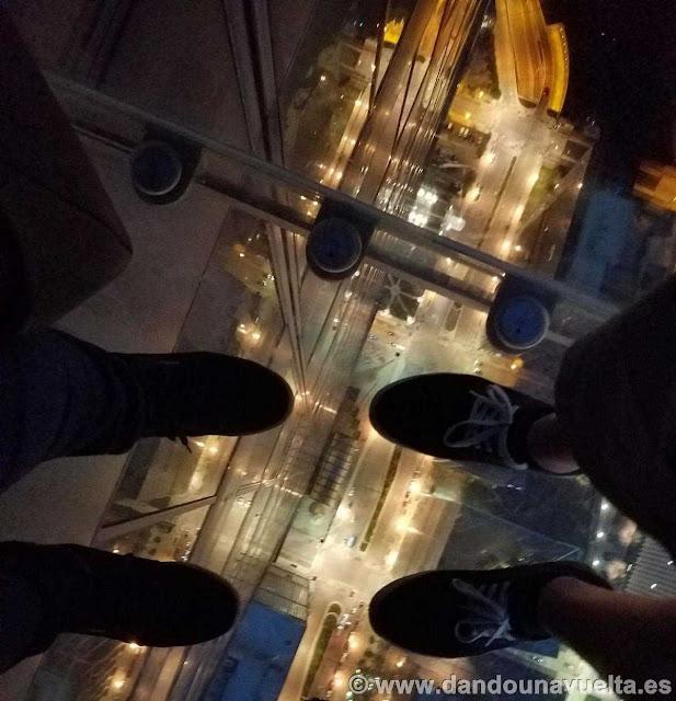 Vistas hacia abajo desde el balcón de la Torre Willis Chicago