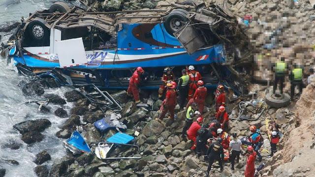 Al menos 25 muertos tras caer un autobús por un acantilado en Perú