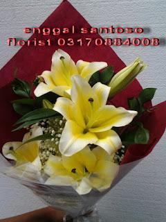 rangkaian karangan bunga tangan lily cassablanca