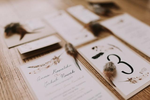 Zaproszenia ślubne z motywem piór.