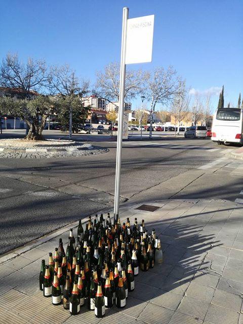 Botellicas esperando el autobús para ir de marcha
