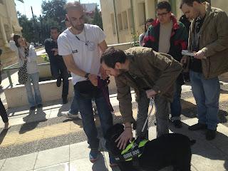 Ο Νίκος Γεροσταθόπουλος με σκύλο οδηγό και εκπαιδευτή