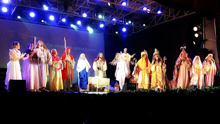 Todo o elenco canta no encerramento do Auto de Natal de Canela.