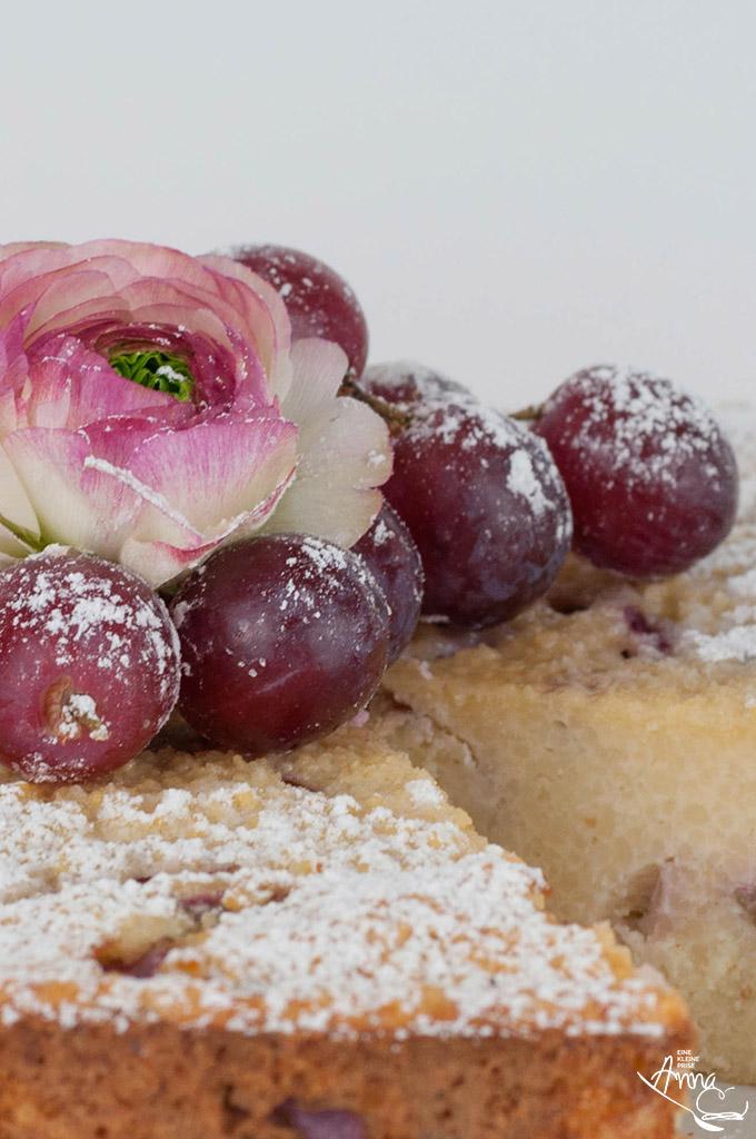 Ranunkel und Weintrauben auf Weintrauben-Couscous-Kuchen