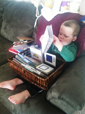 Berniukas tyrinėja taktilinę knygą