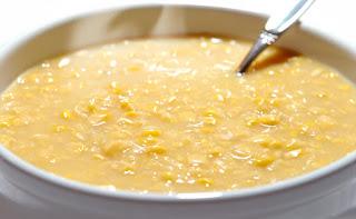 Foto do creme de milho pronto para consumo, bem quente.