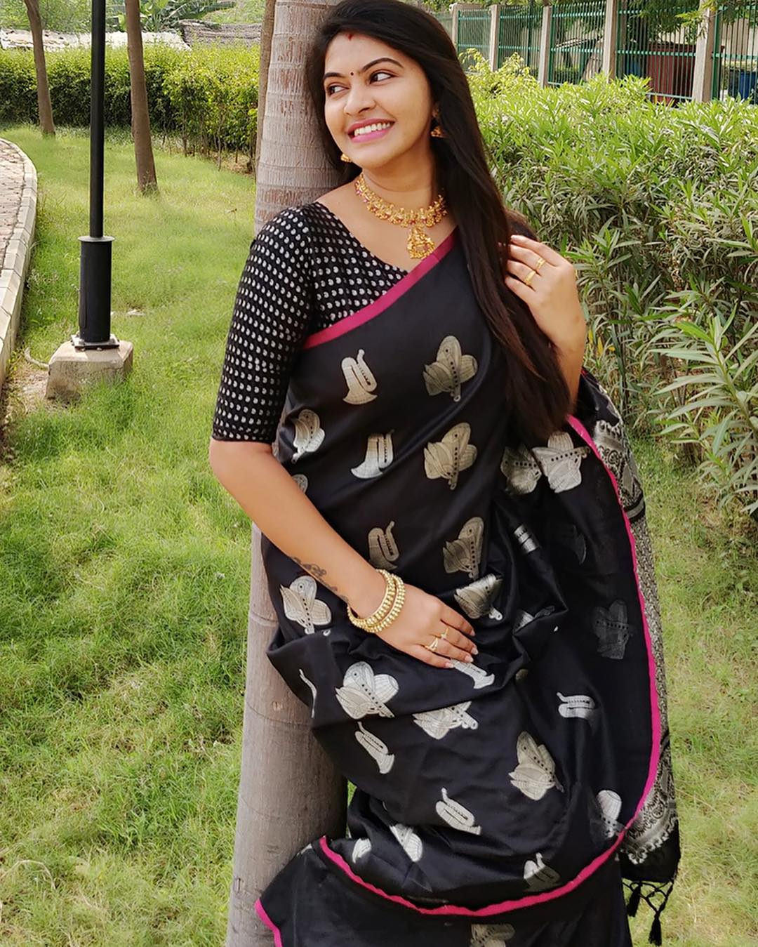 Saravanan Meenatchi Rachitha In Black Designer Saree