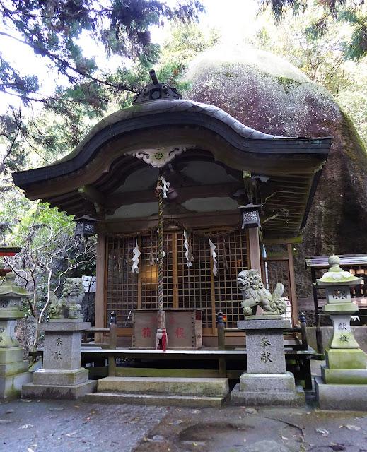 磐船神社 拝殿と「天の磐船」(御神体)
