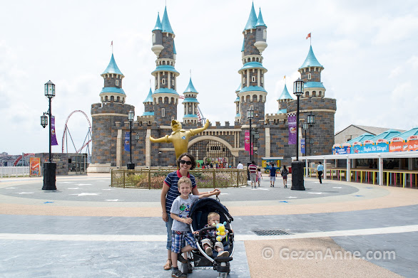 Vialand'in giriş şatosunun önünde oğullarımla, İstanbul