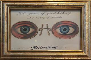Cuadro del Brilmuseum de Amsterdam. Dos ojos azules con gafas.