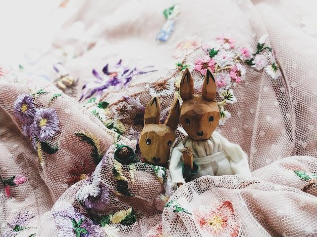 sukienka w kwiatki na poprawiny asos