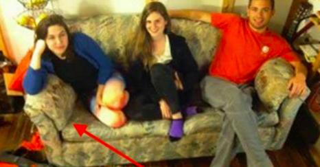 Ces étudiantes achètent un canapé d'occasion qui dégage une forte odeur. Un soir, l'une des filles sent quelque chose d'étrange dans un coussin du canapé.