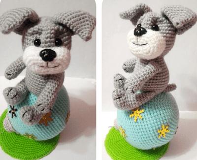 Собака Шарик на елочном шарике крючком