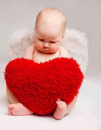Kalp yastık duvar kağıdı ile bebek