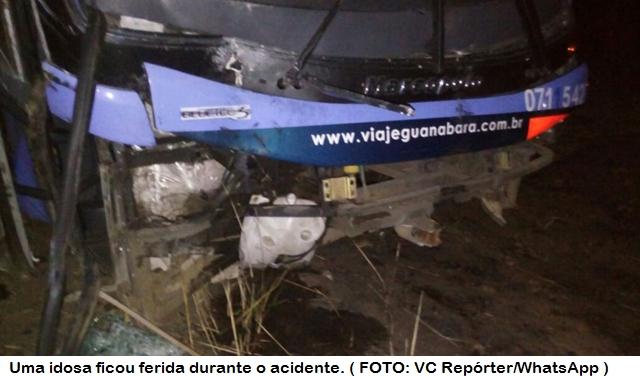 Ônibus que fazia trajeto São Benedito - Fortaleza sai da pista e cai em barranco