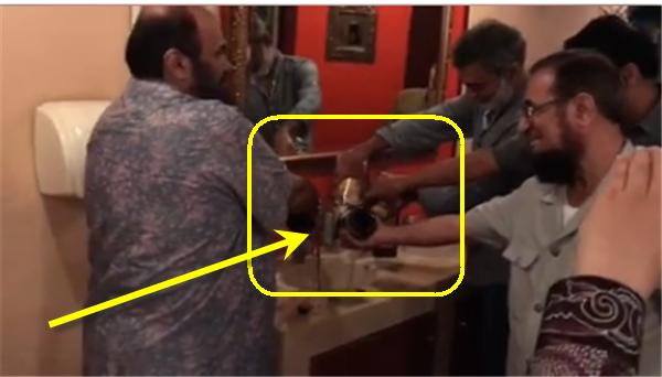 Inilah Video Detik-Detik Pemilik Restoran Musnahkan Semua Miras Setelah Bertemu Dr Zakir Naik