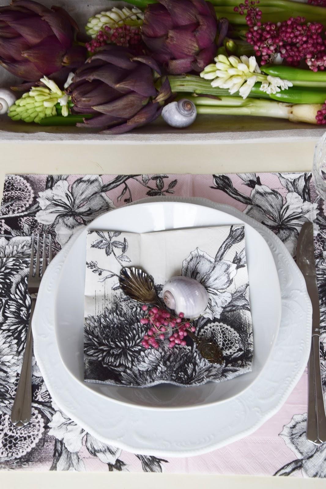 Natürliche Tischdeko mit Moos, Pfefferbeeren, Servietten. Rosa, Pink, Romantisch dekorieren. Deko für den Tisch. Artischocken Hyazinthen