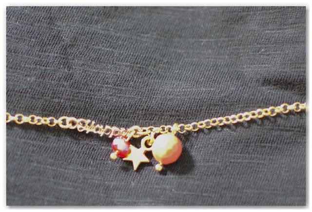 bracelet doré, orange et rouge sur fond noir
