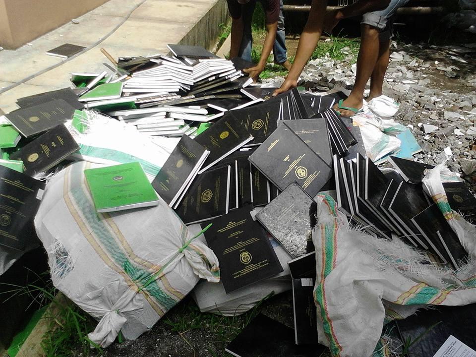 Beredar Foto Tentang Skripsi dan Thesis yang Dibuang Oleh Salah Satu Universitas di Indonesia