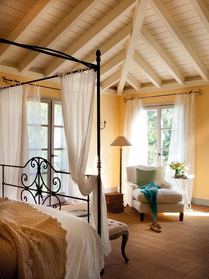 Dom w Hiszpanii z turkusowymi okiennicami, wystrój wnętrz, wnętrza, urządzanie domu, dekoracje wnętrz, aranżacja wnętrz, inspiracje wnętrz,interior design , dom i wnętrze, aranżacja mieszkania, modne wnętrza, styl francuski, styl rustykalny, sypialnia