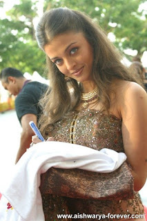 Aishwarya Rai Giving Autograph