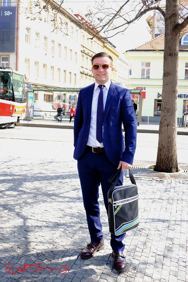pánské oděvy, muži, komplet, Malá Strana, Praha, ulice móda, Menswear, Suits, Blue, Street Fashion, Prague, Sunglassses, European Style, photographed by Kent Johnson.