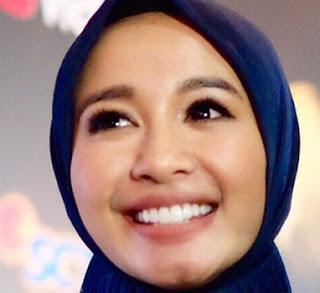 Artis Cantik Laudya Cynthia Bella Berhijab Kebaya Batik Jawa