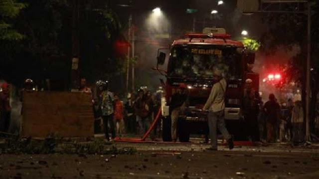 Bajak Mobil Damkar, Massa Demo 22 Mei Balas Semprotan Air Aparat