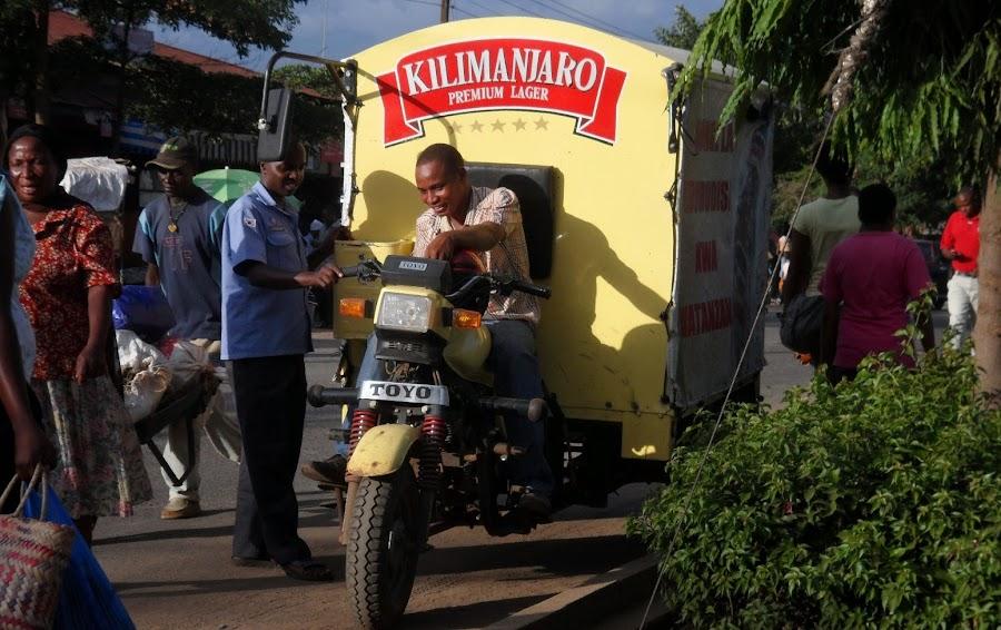ENLACIMA-moto-de-cerveza-en-Moshi-Africa