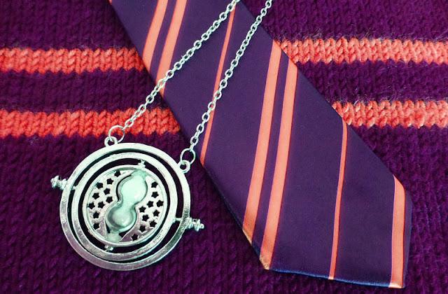 Gambar dasi dan kalung logam
