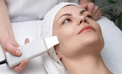 Foto della pulizia del viso ad ultrasuoni