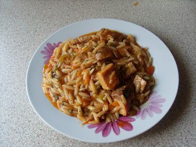 Πιάτο με κριθαράκια και κομμάτακια χοιρινής μπριζόλας ,φαγητό που γίνεται συνήθως αν περισσέψουν οι μπριζόλες
