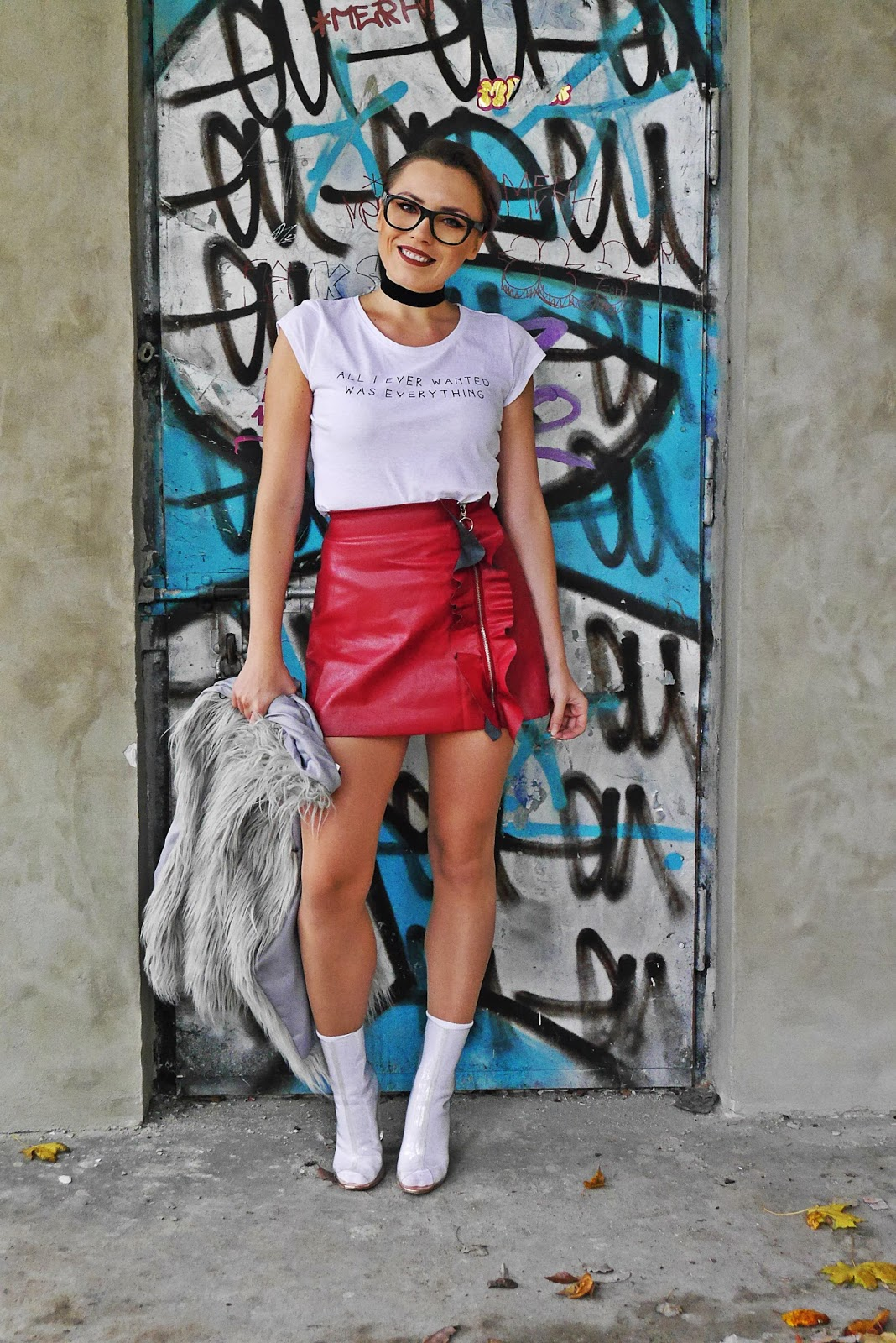 7_leather_skirt_ruffle_white_top_yezzy_shoes_karyn_blog_modowy_191017
