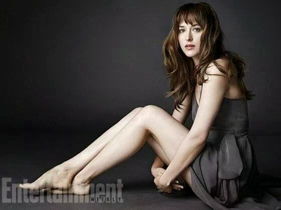Dakota Johnson posan como Anastasia Steeleen el último numero de la revista Entertainment Weekly,