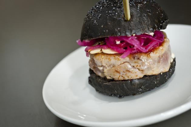 hamburguesita de atún rojo de almadraba con pan de tinta de calamar