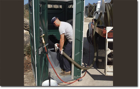 Trabalhos bizarros que pagam muito bem - limpador de banheiros químicos