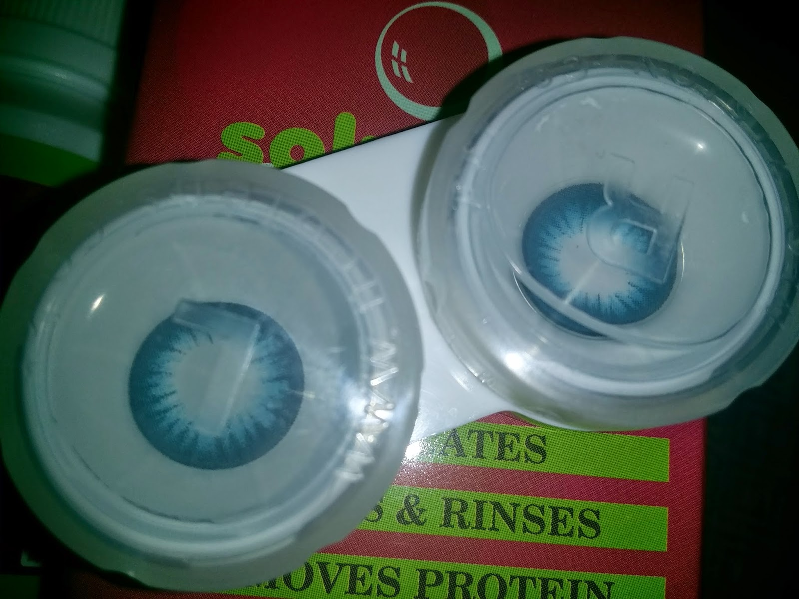 How to put in contact lenses with one hand